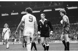 1/28 CP v Fulham 28/10/78 Palace striker Dave Swindlehurst (no 9) and Fulham goalkeeper Gerry Peyton (right) are bewildered by referee Edward Hughes who was to whistle for time before the end of 90 mins. Photo: ©Neil Everitt
